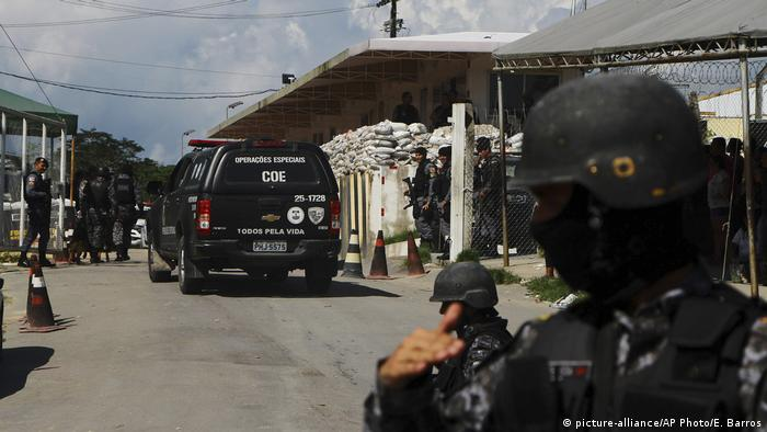Brazil federal police guard the entrance to a prison in Manaus after a deadly riot (picture-alliance/AP Photo/E. Barros)