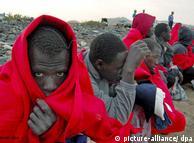 Illegale Immigranten nach ihrer Ankunft auf Fuerteventura  (Foto: dpa)