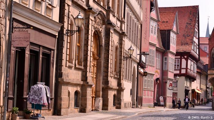 menschenleere Fachwerkgasse in Quedlinburg