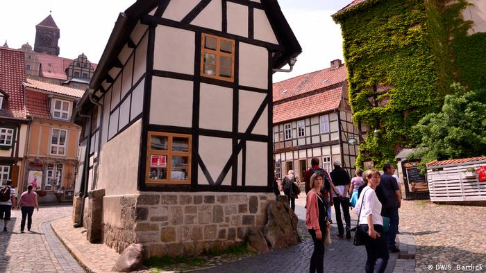 Touristengruppe schlendert durch die Altstadt