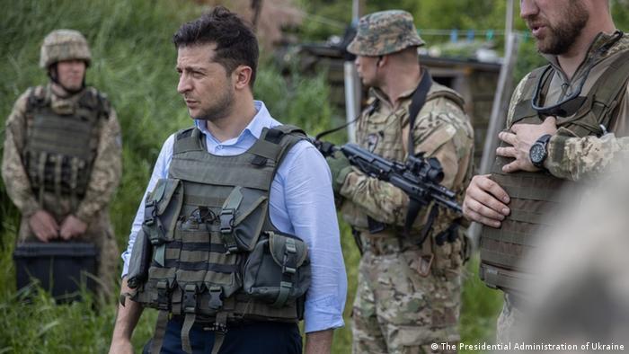 Владимир Зеленский во время посещения Луганской области на линии разграничения в Донбассе (фото из архива)