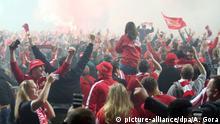 27.05.2019, Berlin: Fußball: Bundesliga, Relegation, Rückspiele 1. FC Union Berlin - VfB Stuttgart im Stadion An der Alten Försterei. Die Fans von Union stürmen den Platz. Der 1. FCUnion Berlin hat erstmals den Aufstieg in die Fußball-Bundesliga geschafft. WICHTIGER HINWEIS: Gemäß den Vorgaben der DFL Deutsche Fußball Liga bzw. des DFB Deutscher Fußball-Bund ist es untersagt, in dem Stadion und/oder vom Spiel angefertigte Fotoaufnahmen in Form von Sequenzbildern und/oder videoähnlichen Fotostrecken zu verwerten bzw. verwerten zu lassen. Foto: Andreas Gora/dpa +++ dpa-Bildfunk +++