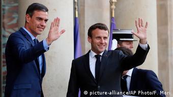 Frankreich Präsident Emmanuel Macron trifft Spaniens Premierminister Pedro Sanchez (picture-alliance/AP Photo/F. Mori)
