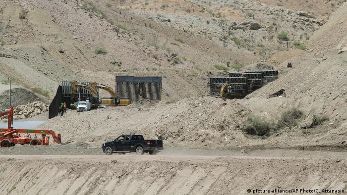 USA Privat finanzierte Organisation We Build the Wall begann mit der Errichtung der Grenzmauer im Sektor El Paso (picture-alliance/AP Photo/C. Attanasio)