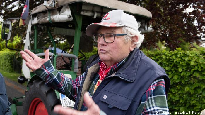Winfried Langer 'Trekker Willi' with his tractor 'Robert' (picture-alliance/dpa/S. Pförtner)