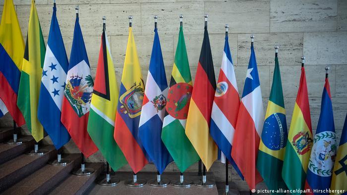 Bandeiras dos países latinos lado a lado.