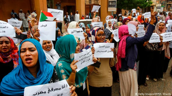 Women strike outside the Bank of Khartoum (Getty Images/AFP/A. Shazly)