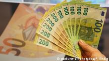 Deutschland Lepzig Neue 100- und 200-Euro-Scheine