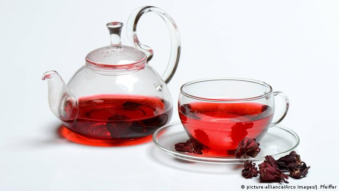 Tea pot and tea cup with hibiscus tea (picture-alliance/Arco Images/J. Pfeiffer)