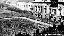 Adolf Hitler spricht auf dem Wiener Heldenplatz vor einer riesigen Menschenmenge. 15. März 1938. |