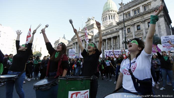 Argentinien Bueno Aires Demonstration für Legalisierung von Abtreibung vor dem Kongress (picture-alliance/AP Photo/M. Brindicci)