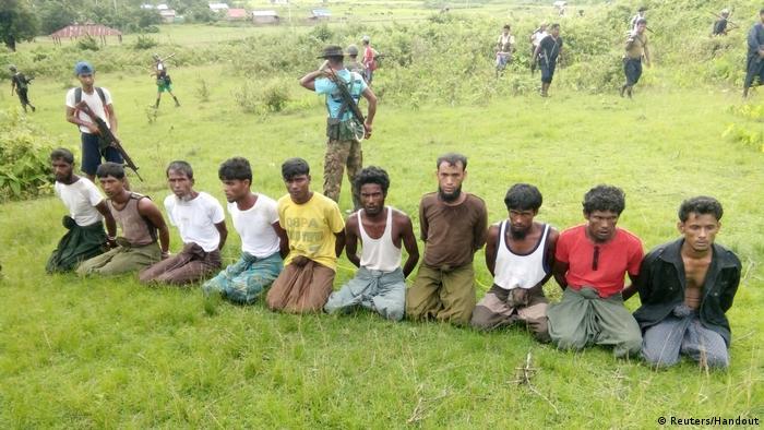 Myanmar: Zehn muslimische Rohingya-Männer knien mit gefesselten Händen im Inn-Din-Dorf