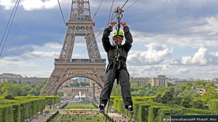 BdTD Paris Eiffelturm Zipline (picture-alliance/AP Photo/F. Mori)