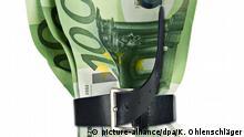 Geldscheine von Gürtel zusammengehalten