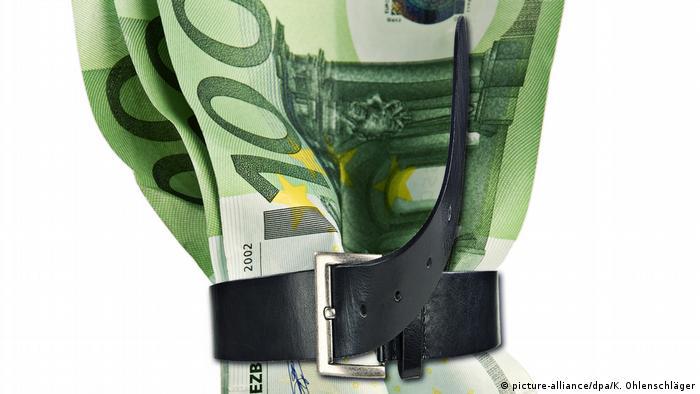 Geldscheine von Gürtel zusammengehalten (picture-alliance/dpa/K. Ohlenschläger)