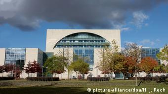 Deutschland Berlin Bundeskanzleramt vom Tiergartenpark aus