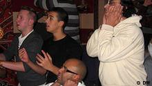 Beschreibung: begeisterte Fußballfans in Kreuzberg, Berlin während des Spiels zwischen den ägyptischen und algierschen Nationalmannschaften gestern (14.11.2009) in Kairo. Egypt-Algeria game, fans from Kreuzberg, Berlin Rechte: DW-Rahman