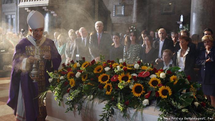 Trauerfeier Luciano Pavarotti , Menschen stehen am geschmückten Sarg