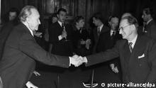 Bundeskanzler Konrad Adenauer (l) und der italienische Ministerpräsident Alcide de Gasperi (r) nach der Unterzeichnung der Vereinbarung am 27.02.1953 in Rom. Die Konvention beinhaltet die Wiederaufnahme der Tätigkeit deutscher wissenschaftlicher Institute in Rom sowie die Bildung einer Kommission, die die Rückgabe von Kunstwerken aus den Wirren des Zweiten Weltkriegs regeln soll. +++(c) dpa - Report+++ | Verwendung weltweit