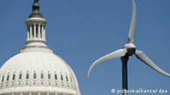 Eine Wind-Turbine im Botanischen Garten in Washington ist vor der Kuppel des US Capitols zu sehen (Photo: dpa)