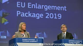 Belgien EU-Beitrittsverhandlungen | Federica Mogherini und Johannes Hahn (picture-alliance/AP Photo/V. Mayo)