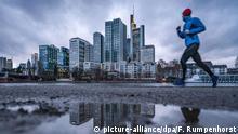 Jogger vor Skyline von Frankfurt am Main