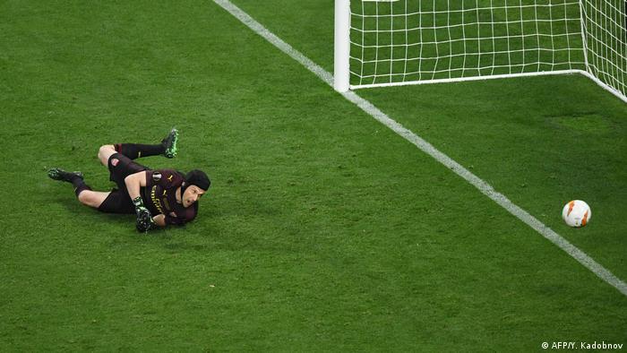 بازیکنان چلسی کوشیدند که فشار خود بر آرسنال را حفظ کنند و در عرض ۵ دقیقه دو بار دیگر دروازه آرسنال را باز کردند. در دقیقه ۶۰ پدرو، بازیکن چلسی توپ را با شوتی تماشایی به تور دروازه حریف دوخت و ادوین آزار، ستاره بلژیکی این تیم پنج دقیقه بعد سومین گل چلسی را از نقطه پنالتی به ثمر رساند. تصویر: ناکامی چک، دروازهبان آرسنال از مهار ضربه پدرو.