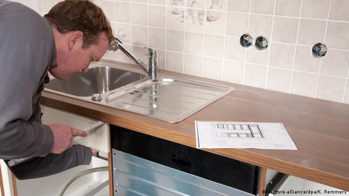 Много чужденци, които си търсят жилище в Германия, с изненада установяват, че тук къщите и жилищата под наем не са мебелирани - напълно празни са, дори печка и хладилник няма. Понякога наемателят може да откупи кухненските мебели и уреди от предишния наемател. Но това е по-скоро изключение, отколкото правило.