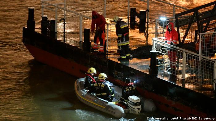 En la noche de la tragedia se recuperaron los cuerpos de siete víctimas. La búsqueda fue complicada no sólo por la oscuridad, sino también por el mal tiempo y la crecida del Danubio. Siete turistas fueron rescatados.