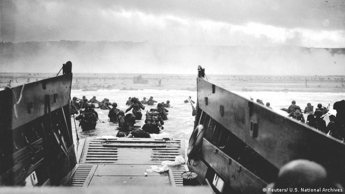 Debarcarea, sub focul mitralierelor germane, a militarilor americani pe plaja Omaha, din Normandia, la 6 iunie 1944.
