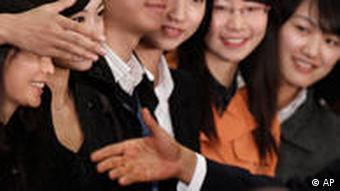 Obama mit chinesischen Studenten (Foto: AP)