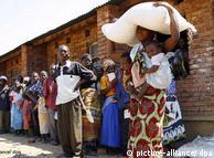 Críticos dizem que ajuda humanitária agrava a dependência em muitos países africanos