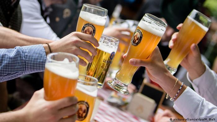 Fröhliche Runde im Biergarten