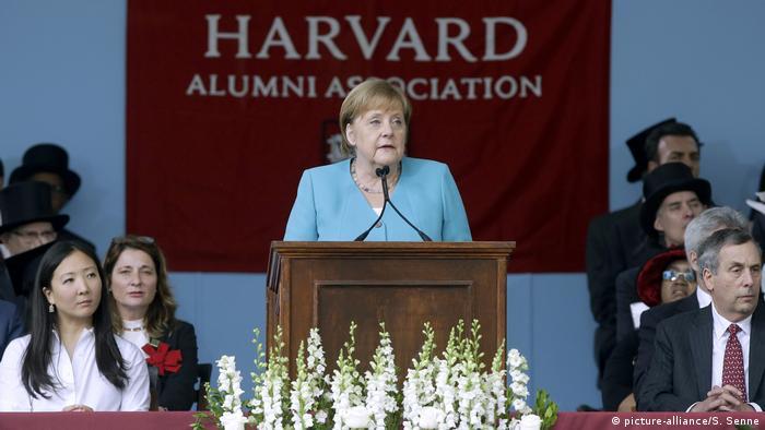 Derrubem os muros da ignorância e da intransigência, disse a chanceler Angela Merkel em Harvard