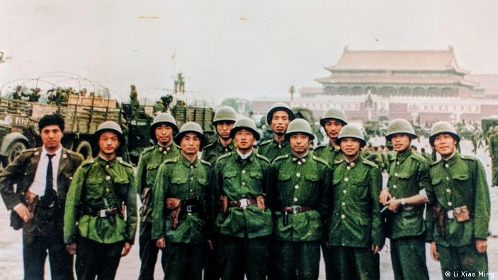 Li Xiao Ming, ehemaliger Leutnant der chinesischen Armee und weitere Soldaten, 1989 (Li Xiao Ming)