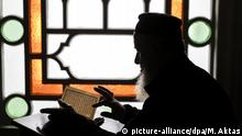 ANKARA, TURKEY - MAY 27: A man recites Quran to nurture of self desire period (itikaf), which means gaining the mercy of Allah, during holy fasting month of Ramadan at a Mosque in Ankara, Turkey on May 27, 2019. In the last ten days of Ramadan, Muslim people gather to stay at mosques and engage in worship for Allah. In order to fully benefit the spiritual night of Laylat al-Qadr nurture of self desire period is being performed in 11 thousand 216 mosques in Ramadan this year. In Ankara approximately 344 mosques' gates were opened for this period. Metin Aktas / Anadolu Agency | Keine Weitergabe an Wiederverkäufer.
