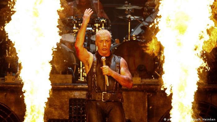Rammstein singer Till Lindemann, huge flames to the right and left (Foto: icture-alliance/dpa/A. Heimken).
