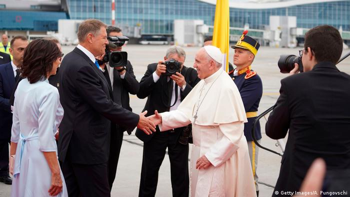 Pope Francis greets Romanian President Klaus Iohannis