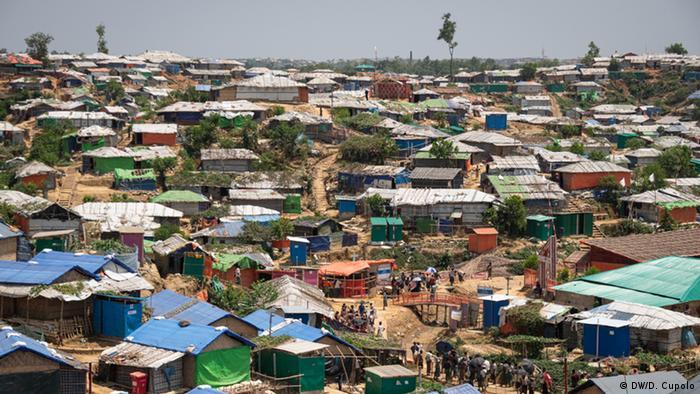 Bangladesch Cox's Bazar - Rohingya Flüchtlinge bereiten Camp für Regenzeit vor (DW/D. Cupolo)