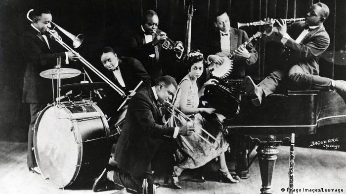 Lil Hardin Armstrong at the piano, surrounded by wind players and a drummer. (Imago Images/Leemage)