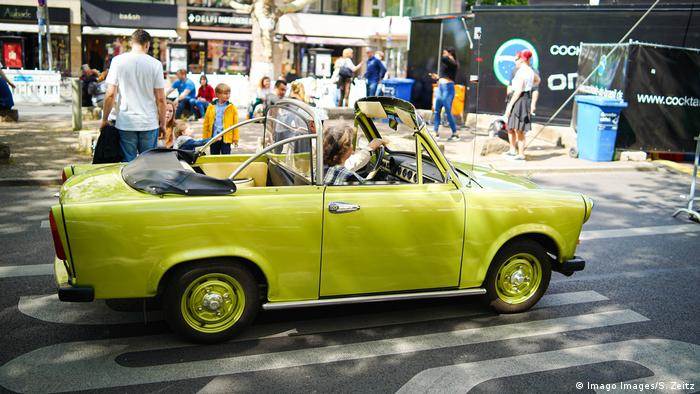 Trabi convertible on the Kurfürstendamm in Berlin (Imago Images/S. Zeitz)