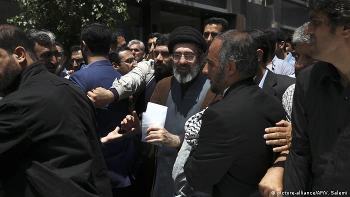 مجتبی خامنهای در میان راهپیمایان روز قدس، مراسمی که در آخرین جمعه ماه رمضان برگزار میشود