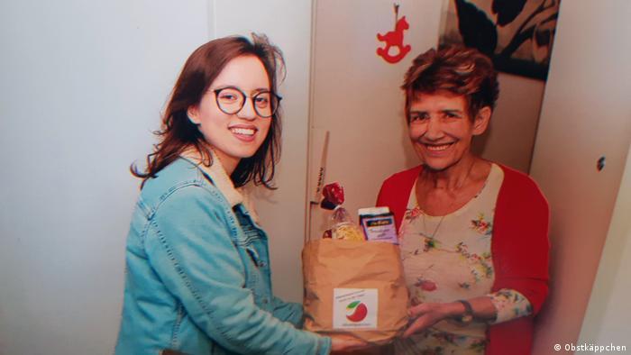 Carina Raddatz mit bedürftiger Rentnerin