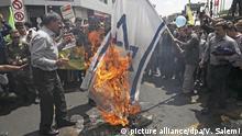 31.05.2019, Iran, Teheran: Teilnehmer einer Kundgebung gegen Israel im Rahmen des Al-Kuds-Tages verbrennen eine Israel-Fahne. Aus Solidarität mit den Palästinensern findet im Iran jedes Jahr am letzten Freitag des Fastenmonats Ramadan eine solche Kundgebung statt. Anlass ist die Besetzung Ost-Jerusalems durch Israel während des Sechs-Tage-Krieges 1967. Al-Kuds ist der arabische Name für Jerusalem. Foto: Vahid Salemi/AP/dpa +++ dpa-Bildfunk +++ |