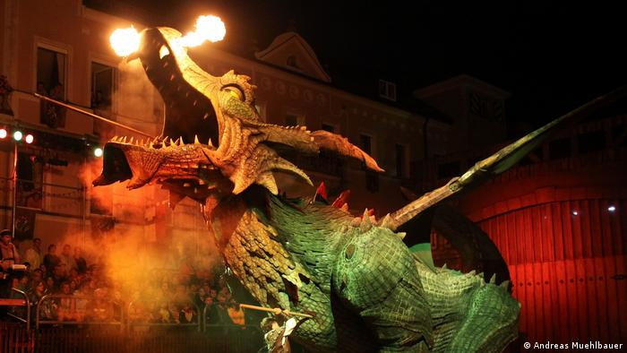 Dragon spits fire at the Drangon Slaying in Furth (Andreas Muehlbauer)