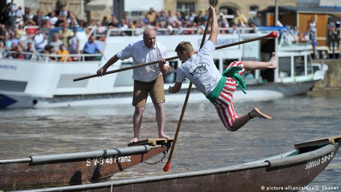 One fisherman throws another into the Regnitz river (picture-alliance/dpa/D. Ebener)