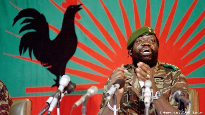 Jonas Savimbi fala a soldados na Jamba, em dezembro de 1985