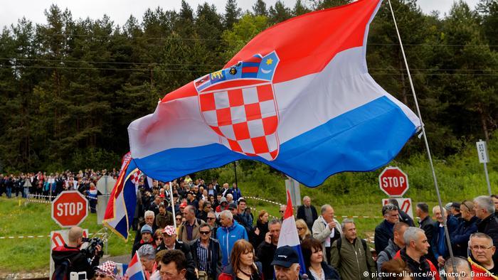 Velika hrvatska zastava na pomenu ubijenim ustašama u Bleiburgu