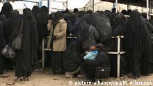 ARCHIV - 31.03.2019, Syrien, Al-Haul: Frauen stellen sich für Hilfsgüter im Lager al-Hol (Al-Haul), ein. Die Terrormiliz Islamischer Staat hatte Ende März mit Baghus ihre letzte Bastion im Osten Syriens verloren. Tausende IS-Kämpfer sind nach ihrer Aufgabe in Gefangenenlager gebracht worden, wo sie verhört werden. Mehr als 70 000 Flüchtlinge sind in dem von Kurden kontrollierten Lager al-Hul untergekommen, wo Hilfsorganisationen von einer dramatischen humanitären Lage berichten. (zu Anwalt verklagt Bundesregierung: IS-Waisen aus syrischem Lager holen Foto: Maya Alleruzzo/AP/dpa +++ dpa-Bildfunk +++ |