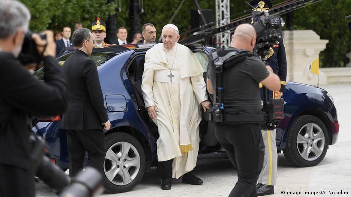 Papa Francisco é recebido no palácio presidencial, em Bucareste